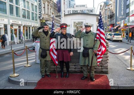 Touristen mit amerikanischen Soldaten am Checkpoint Charlie in Berlin, Deutschland Stockbild