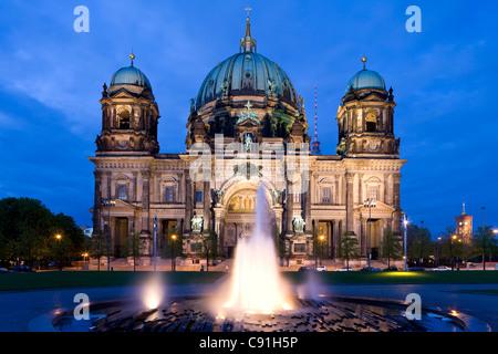 Beleuchtete Berliner Dom am Abend Berliner Dom und der Fernsehturm im Hintergrund Berlin Deutschland Europa Stockbild