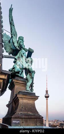 Engel Skulptur an der Kuppel Dach Top, Alex Fernsehturm, Berlin, Deutschland Stockbild