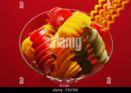 Spirale italienische Pasta in einem Glas Stockbild