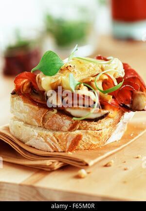 Rocamadour Käse und Pilzen öffnen Sie sandwich Stockbild