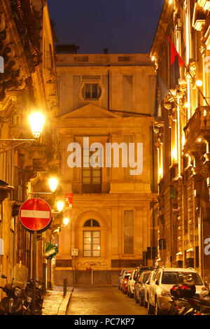 Altstadt Gasse mit alten Fassaden in der Dämmerung, Altstadt, Catania, Sizilien, Italien, Europa ich Altstadtgasse mit alten Hausfassaden bei Abenddämmerung, EIN Stockbild