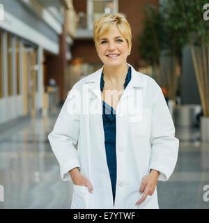 Porträt der Frau im weißen Kittel Stockbild