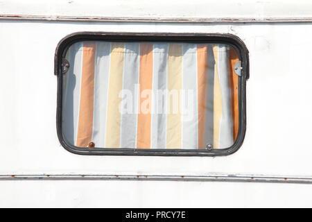Fenster an einem alten Wohnwagen Anhänger, Deutschland, Europa ich Fenster ein einem Alten Wohnwagen-Anhänger, Deutschland, Europa I Stockbild