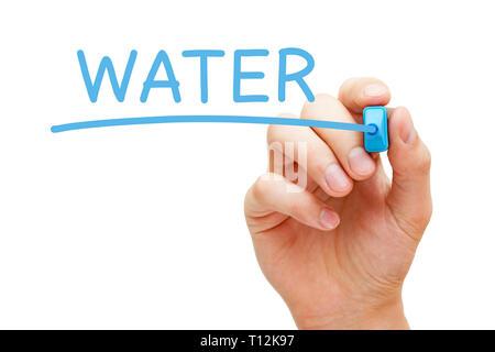 Hand schreiben das Wort Wasser mit blauen Markierung auf Transparenten abwischen Board auf weißem Hintergrund. Stockbild