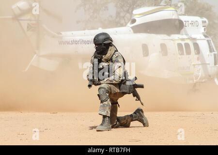 Ein senegalesischer marine Commando bietet Sicherheit Als medizinische Evakuierung Hubschrauber aus nimmt während der Übung Flintlock 2019 Februar 26, 2019 in Po, Burkina Faso. Flintlock ist eine multi-nationale Übung bestehend aus 32 afrikanischen und westlichen Nationen an mehreren Standorten in Burkina Faso und Mauretanien. Stockbild