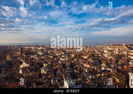 Stadtbild von St. Mark Tower, Hohe Betrachtungswinkel, Venedig, Venetien, Italien Stockbild