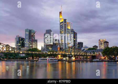 Eisener Steg Brücke, Skyline des Finanzviertels, Frankfurt - Main, Deutschland Stockbild