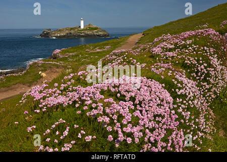 Godrevy Leuchtturm von der Sparsamkeit gesehen fallen Küstenweg auf godrevy Point in der Nähe von Hayle, Cornwall, England, Vereinigtes Königreich, Europa Stockbild