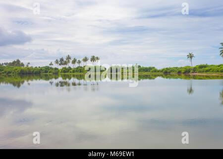 Induruwa, Sri Lanka, Asien - einem natürlichen See bihind den Ozean Küste Stockbild