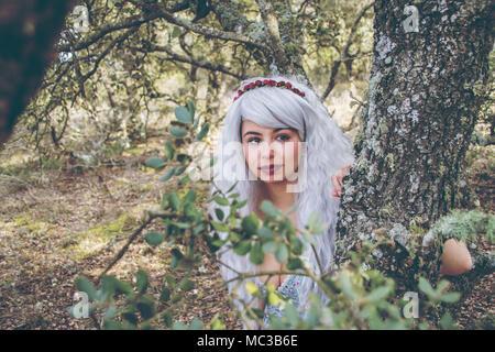 Märchen Porträt einer jungen Frau in einem Wald Stockbild