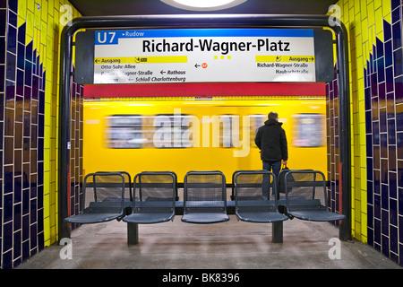 Europa, Deutschland, Berlin, moderne u-Bahn - Zug in den Bahnhof Ziehen verschieben Stockbild