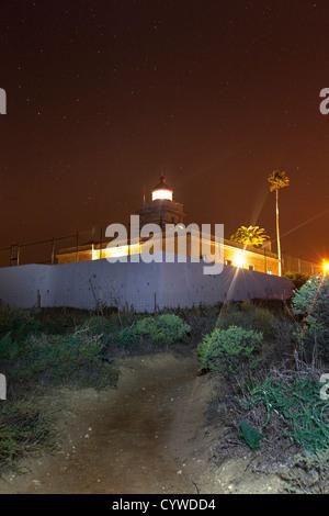 Lagos-Leuchtturm in der Nacht, Portugal erfasst. Stockbild
