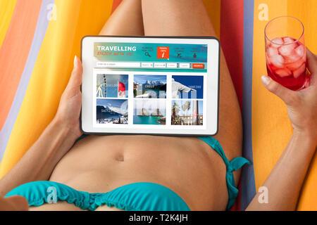 Junge Frau im Bikini Besuch einer reisewebsite mit tablet device, liegen auf einer Hängematte und einem Drink. Stockbild