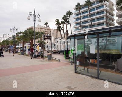 Die Bushaltestelle auf der Athener Straße durch die finikoudes Strand im Zentrum von Larnaka Zypern Stockbild