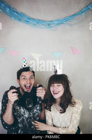 Junges Paar feiert Geburtstag Stockbild