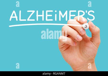 Hand schreiben Alzheimer mit weißen Marker auf Transparenten abwischen Board auf blauem Hintergrund isoliert. Stockbild