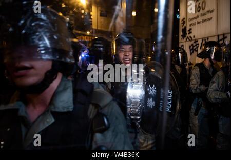 Riot Polizisten argumentieren mit der Medien während der Auseinandersetzungen mit Demonstranten nach einem Marsch gegen eine umstrittene Auslieferung Bill in Hongkong. Stockbild