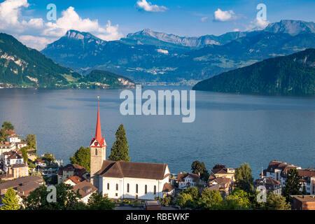 Pfarrei Kirche St. Maria und das Dorf Weggis mit Blick auf den Vierwaldstättersee, Schweiz Stockbild