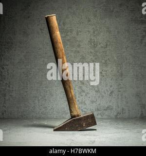 Vintage Hammer und Steinmauer. Stillleben mit Arbeitsgerät. Konzept der diy und reparieren. Stockbild