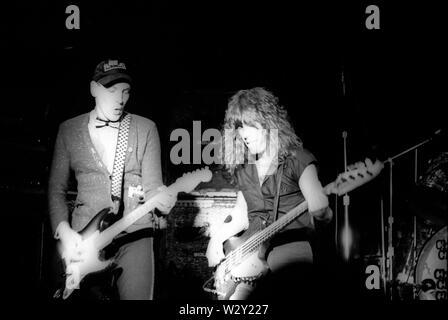 LOS ANGELES, Ca - Juni 04: Musiker Rick Nielsen (L) und Tom Petersson, Cheap Trick im Konzert ca. 1977 an verschiedenen Orten in Los Angeles, Kalifornien. Stockbild