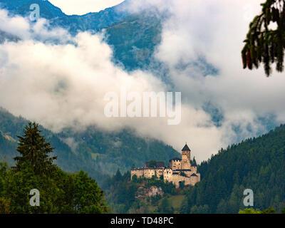 Burg Taufers bei Sonnenaufgang, Sand in Taufers, Ahrntal, Südtirol, Italien, Europa Stockbild