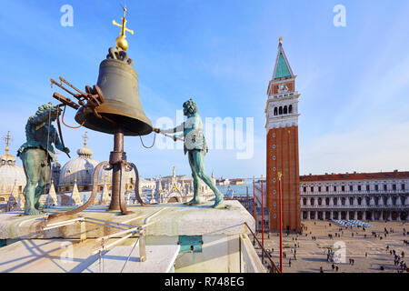 Bell auf dem St. Mark Clock Tower mit Blick auf den Markusplatz, Venedig, Venetien, Italien Stockbild