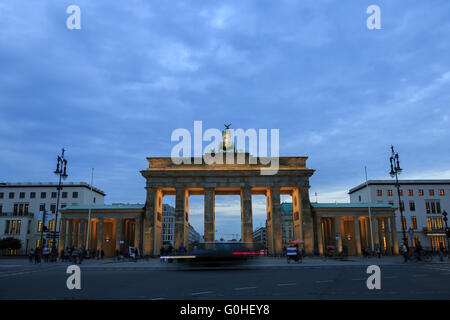 Brandenburger Tor in Berlin mit Publikum Stockbild