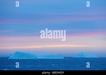 Eisberge in der Antarktis Sound bei Sonnenaufgang an der Antarktischen Halbinsel, Antarktis Stockbild