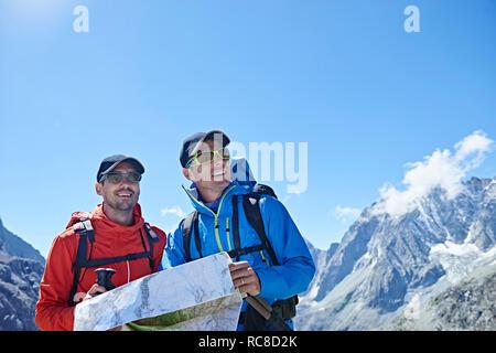 Wanderer Freunde lesen Karte, Mont Cervin, Matterhorn, Wallis, Schweiz Stockbild