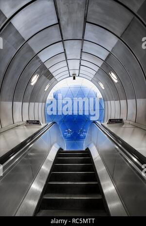 Die U-Bahn-Station Southwark, Blackfriars Road, South Bank, Southwark, London, 2017. Innenansicht der U-Bahn Station, bis Sie eine Rolltreppe zu einer geodätischen aus Glas. Stockbild