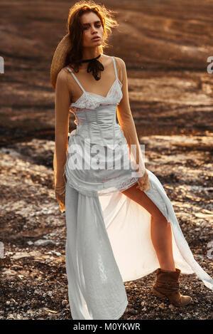 Sexy kaukasische Frau tragen weiße Kleid Stockbild