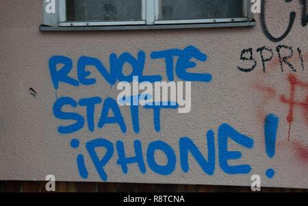 """Berlin, Deutschland. 17 Dez, 2018. """"Revolte statt iPhone!"""" auf eine Hauswand in Neukölln geschrieben wird. Credit: Paul Zinken/dpa/Alamy leben Nachrichten Stockbild"""