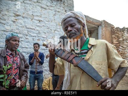 Harari Mann tanzen mit einem riesigen Messer während eines Sufi Feier, Harari Region, Harar, Äthiopien Stockbild