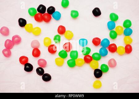 Eine Menge jelly Candy gegen blass rosa Hintergrund Stockbild