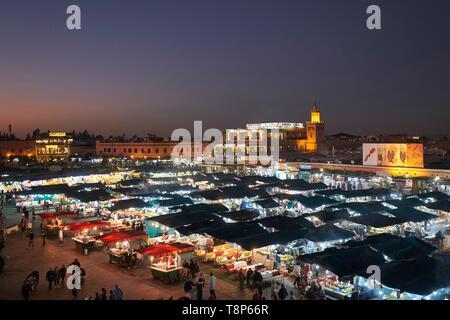 Marokko, Hoher Atlas, Marrakesch, Imperial City, Medina als Weltkulturerbe von der UNESCO, Platz Jemaa El Fna in der Dämmerung, Restaurants Straße Stände Stockbild