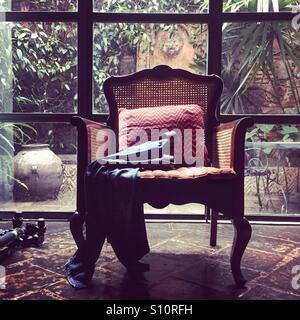 Stuhl von Fenster Stockbild