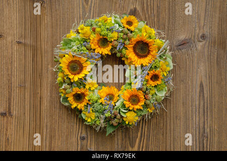 Botanik, Sonnenblumen, wreath Dekoration, Additional-Rights - Clearance-Info - Not-Available Stockbild