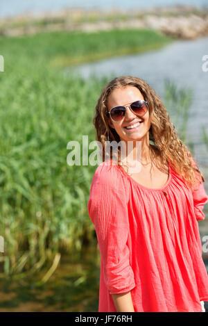 Portrait von lächelnden jungen Frau Stockbild