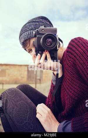 Junge Frau Fotograf in einem kalten Tag Stockbild