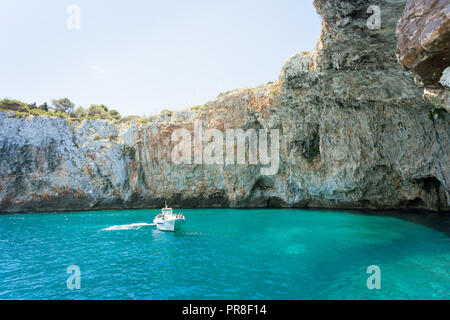Apulien, Grotta Zinzulusa, Italien - ein Motorboot an der berühmten Grotte Zinzulusa Stockbild