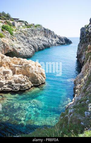 Apulien Leuca, Italien, Grotte von ciolo - Von der Grotte Ciolo der Adratic meer Stockbild