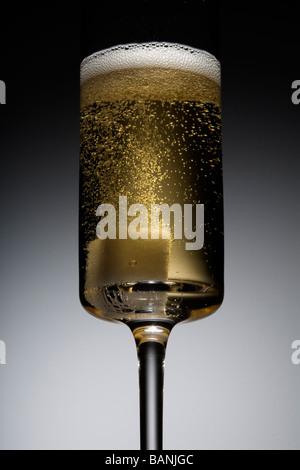 Champagner-Cocktail mit sprudelnden Zuckerwürfel Stockbild