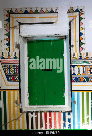 Al-qatt Al asiri traditionell weiblichen Fenster Dekoration in einem Haus, Asir Provinz, Rijal Alma, Saudi-Arabien Stockbild