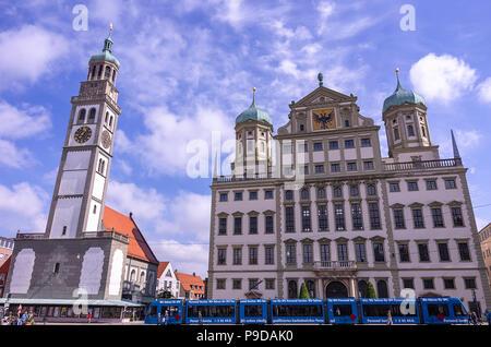 Augsburg, Bayern, Deutschland - 10. September 2015: Das historische Rathaus und die perlach Turm auf dem Stadtplatz. Stockbild