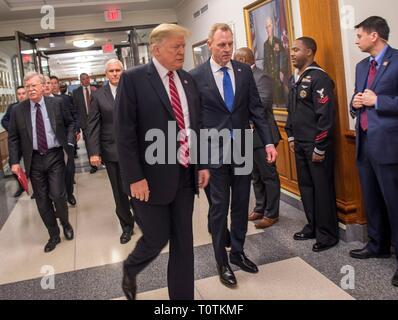 Us-Präsident Donald Trump, Links, wird durch die US-Verteidigungsminister Patrick Shanahan bei seinem Besuch im Pentagon März 15, 2019 in Washington, D.C., begleitet Stockbild