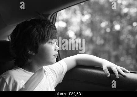 Junge gedankenverloren im Auto, roadtrip Stockbild
