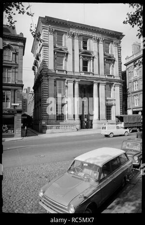 General Post Office, St Nicholas Street, Newcastle Upon Tyne, c 1955 - c 1980. Die vordere Elevation des ehemaligen General Post Office, einem Gebäude aus dem 19. Jahrhundert, die im Oktober 1909 verwendet wurde, Tagungen, die von der liberalen Partei halten und wurde von der Emanzipationsbewegung. Die Post wurde von James Williams 1871-1874 mit Sandstein ashlar gebaut. Es ist vier Stockwerke und hat drei Buchten, mit riesigen kannelierte dorische Säulen, die in der Höhe von zwei Stockwerken, flankieren den Eingang, und einen riesigen Auftrag des korinthischen Pilastern Spanning die zweiten und dritten Etagen. Die zweite Etage Fenster sind mit ped gekrönt Stockbild