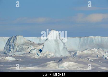 Sonnenlicht reflektieren auf Packeis und ein Eisberg auf Snow Hill Island am Weddel Meer, Antarktische Halbinsel in der Antarktis Stockbild