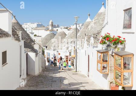 Alberobello, Apulien, Italien - Trulli Straße in der Altstadt von Alberobello Stockbild